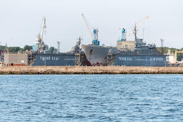 Duże żelazne statki marynarki wojennej w stoczni do naprawy