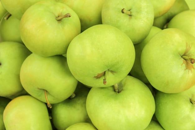 Duże zielone jabłko z bliska