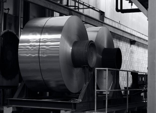Duże zwoje aluminium na stole przed procesem wyżarzania
