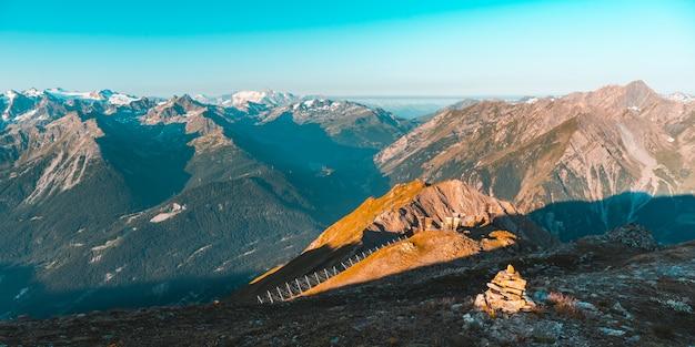 Dużej wysokości alpejski krajobraz, wschód słońca światło na majestatycznych wysokich szczytach i lodowcach, aosta valley, włochy.