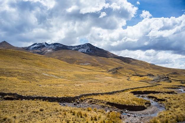 Dużej wysokości krajobraz andyjski z dramatyczne niebo