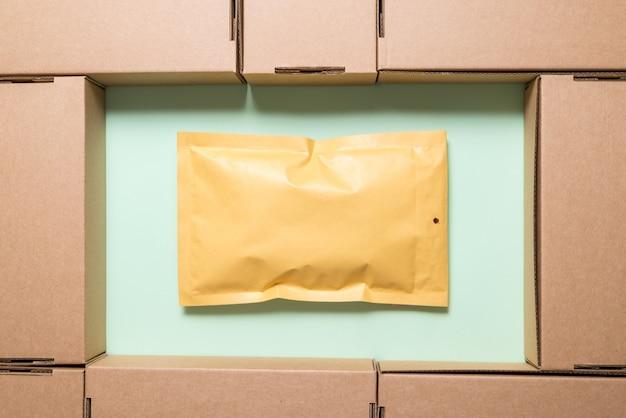 Dużo brązowych kartonów z kopertą