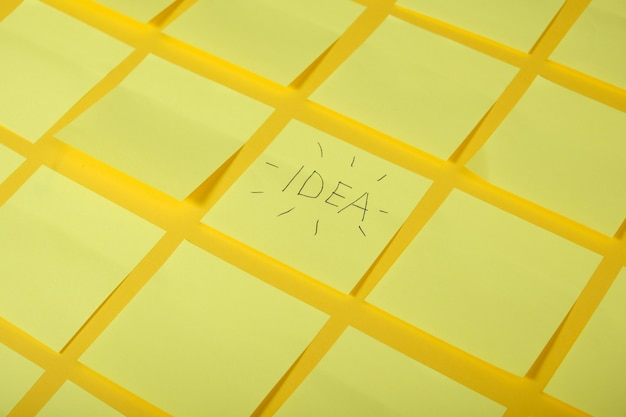 Dużo jasnożółtych lepkich notatek na żółtej powierzchni