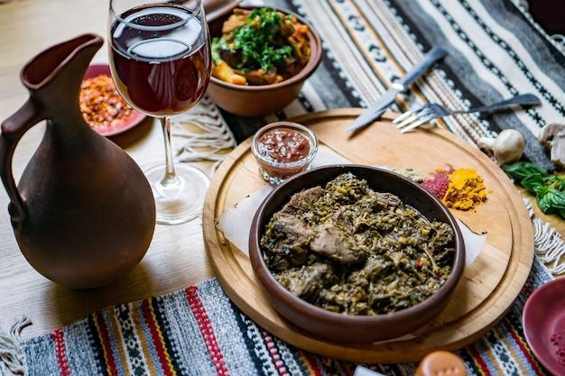 Dużo jedzenia mięsnego na stole. kuchnia gruzińska
