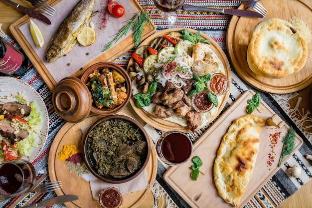 Dużo jedzenia na drewnianym stole. kuchnia gruzińska. dania chinkali i gruzińskie