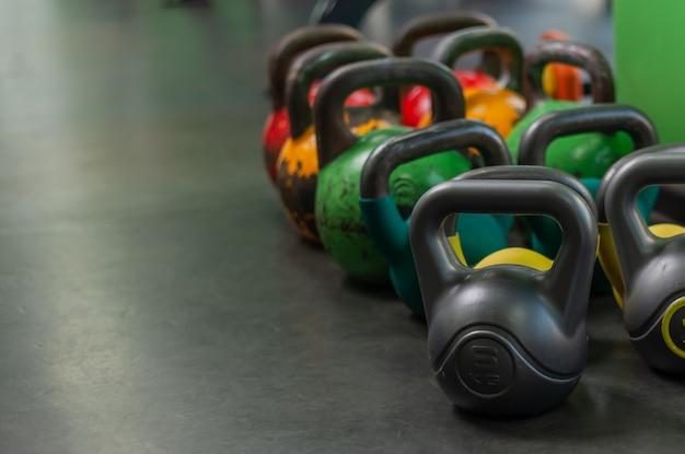 Dużo kettlebell na siłowni. koncepcja treningu funkcjonalnego. skopiuj miejsce