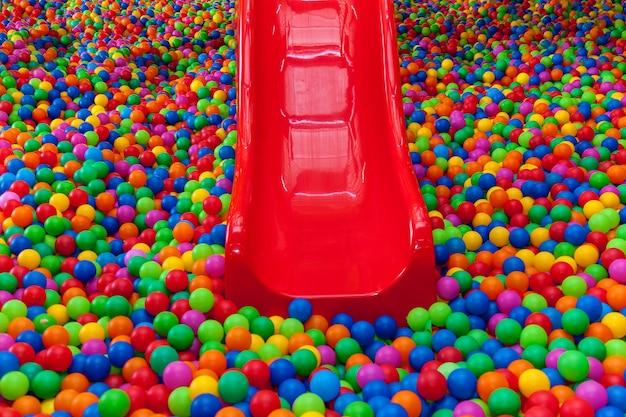 Dużo kolorowych piłek na placu zabawpiłka z kolorowymi plastikowymi piłkami u dzieci