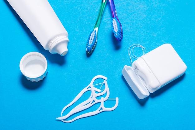 Dużo nici dentystycznej, szczoteczki do zębów, wykałaczki