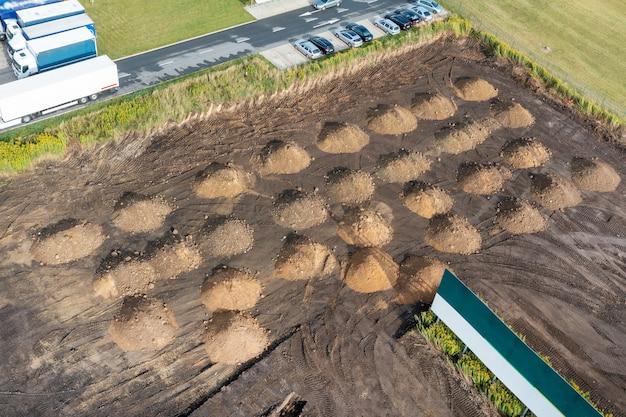 Dużo piasku na budowie. gleba jest przygotowana do wzmocnienia gleby. ziemny stos