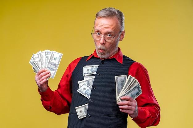 Dużo pieniędzy w rękach. dolara w rękach.