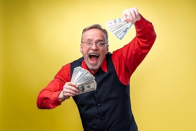 Dużo pieniędzy w rękach, dolary w rękach.