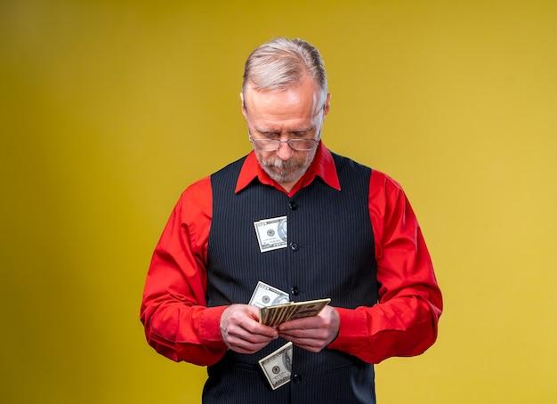 Dużo pieniędzy w rękach, dolary w rękach