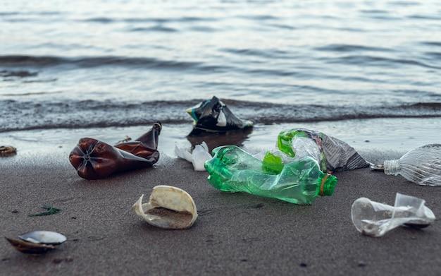 Dużo plastikowych śmieci leżących na plaży