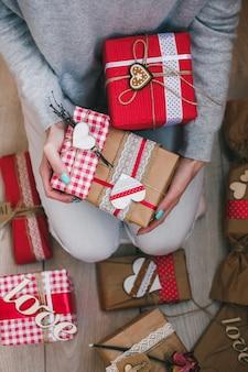 Dużo prezentów na walentynki w rękach dziewczyny