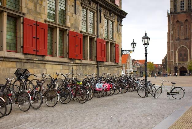 Dużo rowerów w starym holenderskim mieście delft - głównym holenderskim transporcie