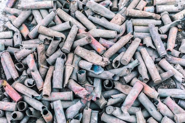 Dużo starego tła amunicji. koncepcja końca wojny. tło wojny.