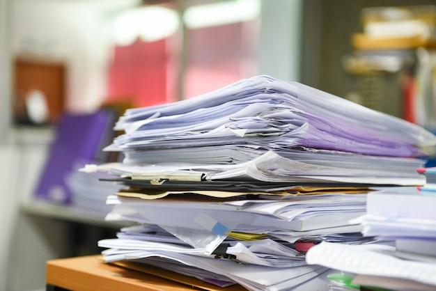 Dużo stosów dokumentów roboczych stosy plików papierowych