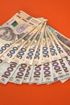 Dużo ukraińskich pieniędzy, 1000 i 500 nowych banknotów na czerwono. hrywna (uah.) tło finansowe i finansowe.