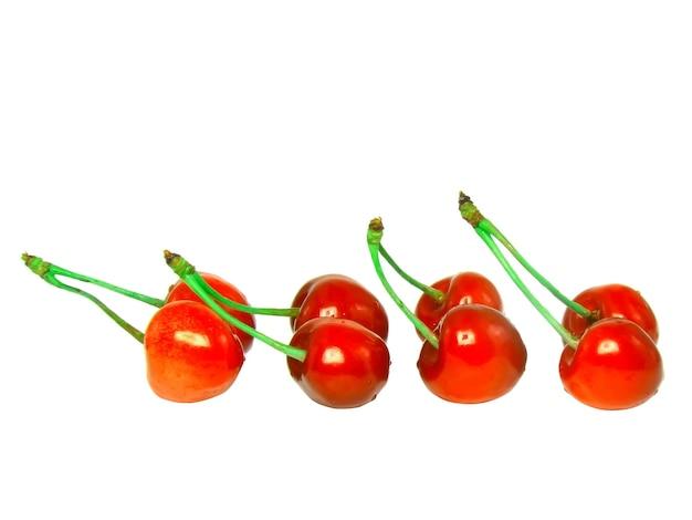 Dużo wiśni z łodygą. odosobniony