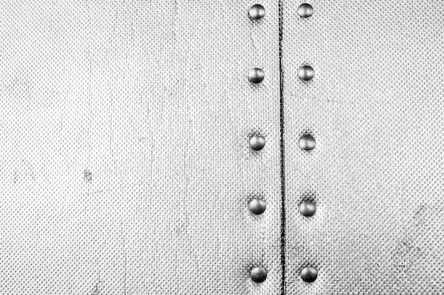 Duży arkusz błyszczącej folii srebrnej lub cynowej. szare tło błyszczące.