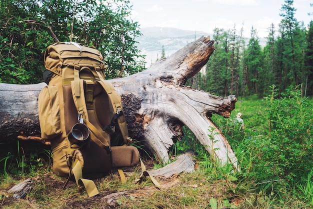 Duży beżowy plecak kempingowy z metalowym kubkiem