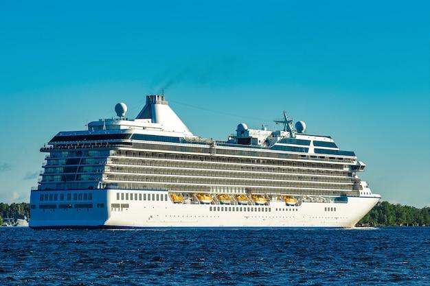 Duży biały statek wycieczkowy płynący na morze bałtyckie w pogodny dzień