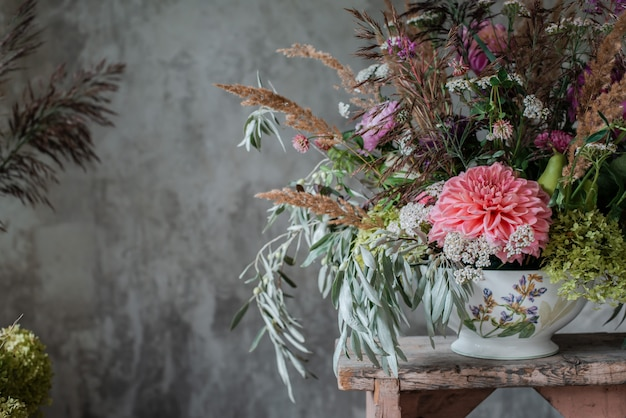 Duży bukiet kwiatów na kwiaciarni stacjonarnej.