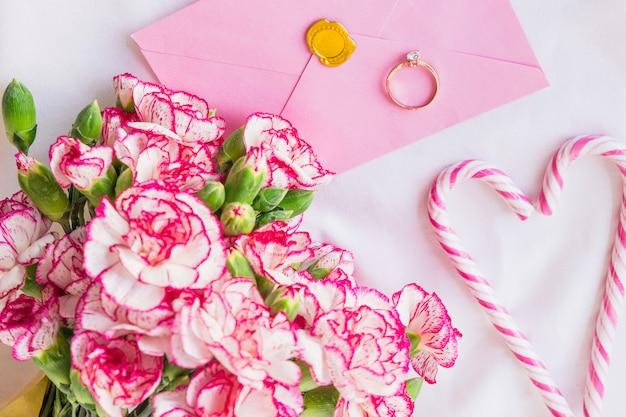 Duży bukiet kwiatów z obrączką