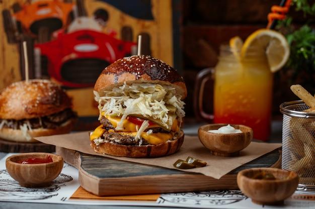 Duży burger makowy z wołowiną, topionym cheddarem i pełną białą sałatką