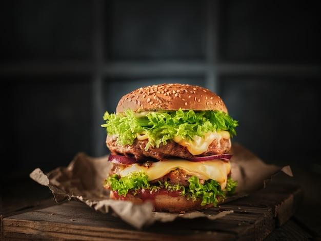 Duży burger na stole