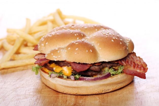 Duży burger z frytkami