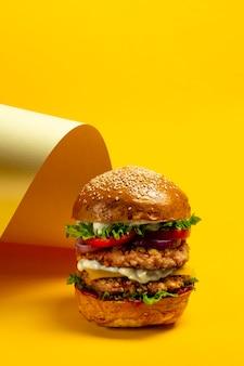 Duży burger z podwójnym kotletem z kurczaka