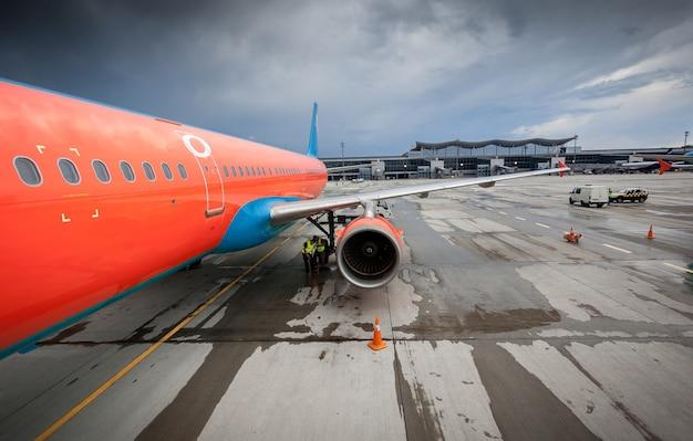 Duży cywilny samolot pasażerski z silnikiem odrzutowym na pasie startowym podczas burzy