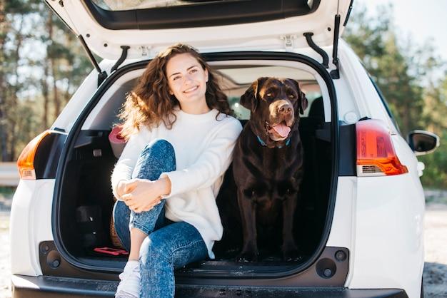 Duży czarny pies w samochodzie