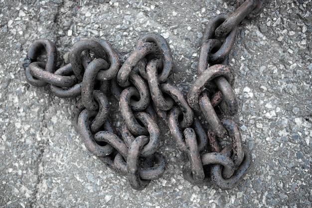 Duży długi łańcuch na tle chodnika zbliżenie