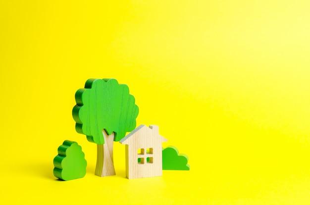 Duży dom otoczony krzewami i drzewami