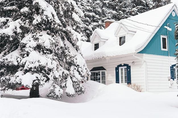 Duży dom pokryty białym śniegiem zimą
