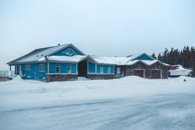 Duży dom w zimie w pobliżu głównej drogi