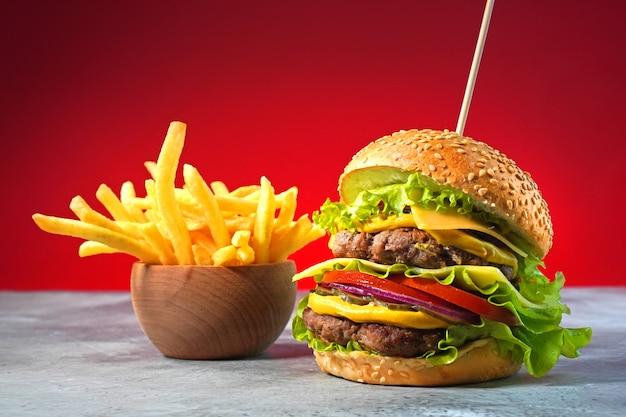 Duży hamburger z podwójną wołowiną i frytkami
