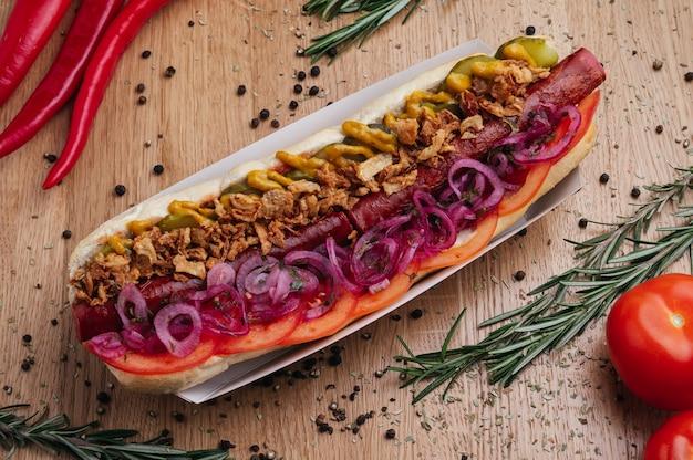 Duży hot dog z kiełbasą i mięsem