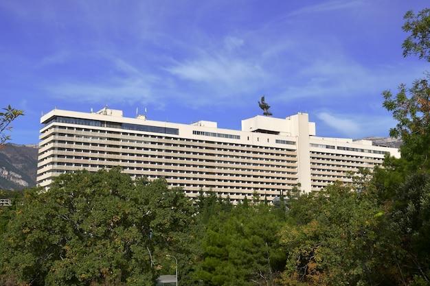 Duży hotel wśród zieleni