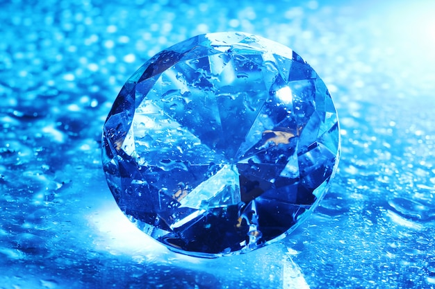 Duży i piękny klejnot w niebieskim świetle