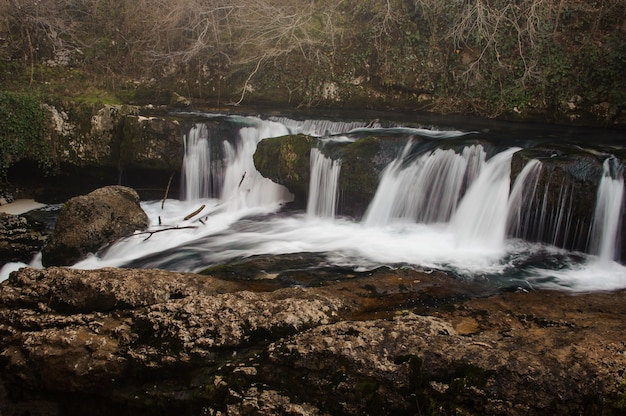 Duży i potężny wodospad gwałtownie wpadający do górskiej rzeki w martvili