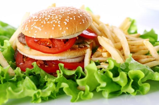Duży i smaczny burger z frytkami