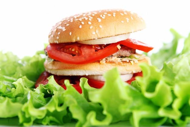 Duży i smaczny burger z liśćmi sałaty