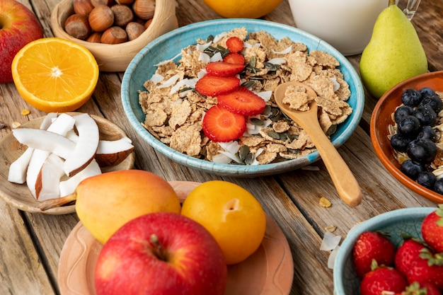 Duży kąt asortymentu owoców z płatkami śniadaniowymi