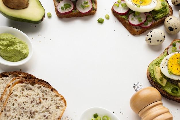 Duży kąt kanapek z awokado i jajkiem
