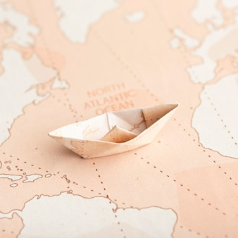 Duży kąt małej łodzi origami na mapie