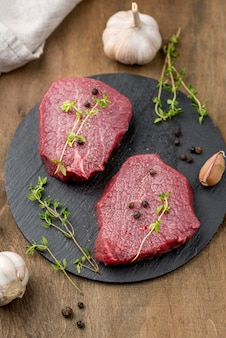 Duży kąt mięsa na łupku z ziołami i czosnkiem