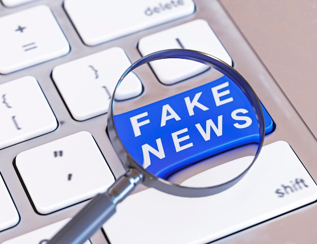 Duży kąt przycisku klawiatury z fałszywymi wiadomościami i lupą
